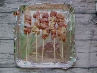 孜然鸡肉串,烤箱预热230度,烤盘铺上锡纸摆上肉串,表面刷色拉油,入烤箱烤十分钟,取出翻面再刷油入烤箱烤五分钟即可出炉,
