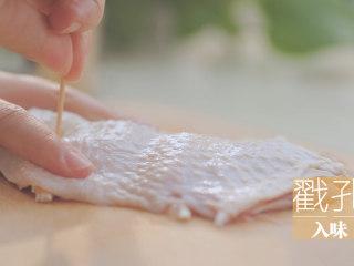 一只照烧鸡腿饭「厨娘物语」,用牙签在表面戳上小孔,可以让鸡腿更加入味。