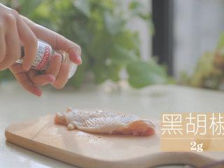 一只照烧鸡腿饭「厨娘物语」,鸡腿正反两面撒上2g黑胡椒,放入食品袋中。