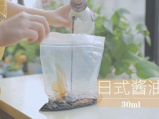 一只照烧鸡腿饭「厨娘物语」,洋葱切丝,在食品袋中放入10g洋葱、20g红糖、20ml味淋、30ml日式酱油封口放入冰箱冷藏1小时。