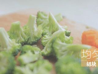 一只照烧鸡腿饭「厨娘物语」,胡萝卜切块,刻出小花,西兰花切小块备用。