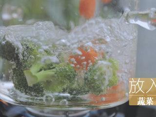 一只照烧鸡腿饭「厨娘物语」,锅内倒入500ml清水,2g盐、5ml食用油,放入蔬菜煮熟,捞出。