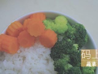 一只照烧鸡腿饭「厨娘物语」,盛一碗饭,码上刚刚煮好的蔬菜。