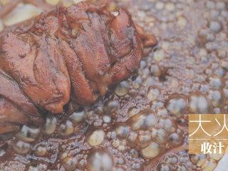 一只照烧鸡腿饭「厨娘物语」,倒入食品袋里腌制的酱汁,大火收汁。