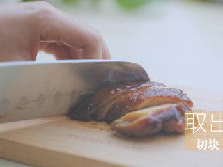 一只照烧鸡腿饭「厨娘物语」,取出切块,码在饭上。
