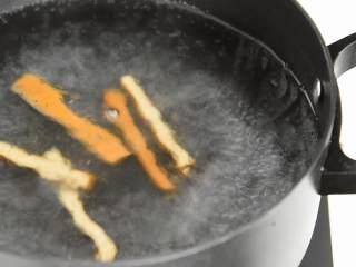 马兰头拌香干,这是一道简单而不减分的菜,香干洗净切条,开水中烫熟切末备用。