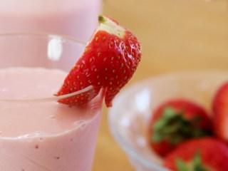 草莓思慕雪,用半个草莓切半,在切一刀,但不要切断,插在杯上装饰。