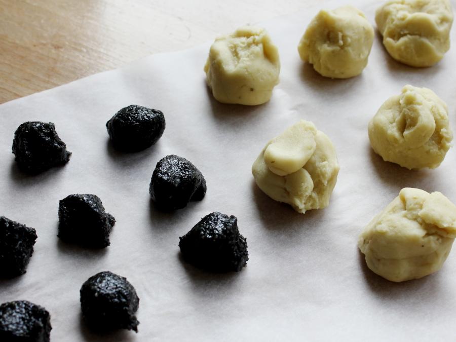 芝麻核桃馅绿豆糕,继续炒,油完全融入到豆沙里,抓一团在手中,不沾手就可以了。</p> <p>到此豆沙就炒好了,如不想包馅,可以直接压模,就是原味绿豆糕。</p> <p>想做夹馅的,继续。</p> <p>将豆沙每份25克和芝麻核桃馅每份5克分好。</p> <p>注:豆沙和馅料都可以提前一天做好,第二天会比较干爽。</p> <p>
