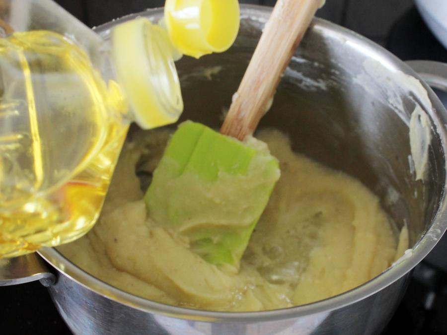 芝麻核桃馅绿豆糕,炒到糖完全融化,并且豆沙比较干爽的时候,加入植物油或者用黄油。</p> <p>