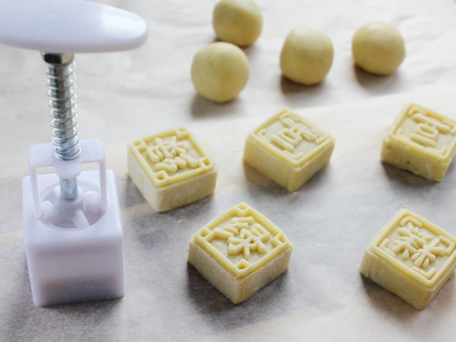 芝麻核桃馅绿豆糕,将包好的绿豆糕小球放入模具中压成型,依次做好全部。</p> <p>