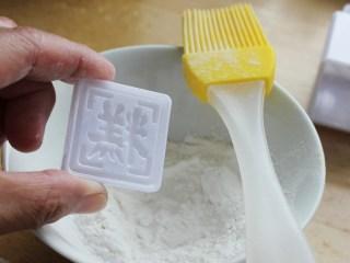 芝麻核桃馅绿豆糕,模具上刷一层糕粉。