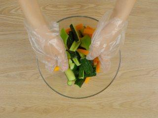 快手八宝酱瓜,黄瓜条加入盐15g,用力抓匀杀水,而后加入尖椒段、胡萝卜条,抓拌均匀