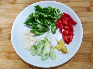 素烧橄榄豆,葱姜蒜辣椒如图切好