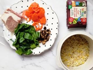 寶寶輔食—雜蔬蝦皮豬肉燴飯,準備好食材:青菜洗干凈切碎,胡蘿卜去皮壓花,香菇切丁