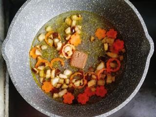 寶寶輔食—雜蔬蝦皮豬肉燴飯,倒入一碗清水和一塊高湯塊(有骨頭湯之類的就不用高湯塊啦)