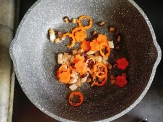 寶寶輔食—雜蔬蝦皮豬肉燴飯,接著倒入胡蘿卜和香菇翻炒1分鐘左右