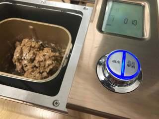 可可面包棒,启动和面功能,调至22分钟,揉至面团光滑即可拿出