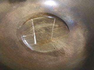 鲜百合青瓜丁,起油锅