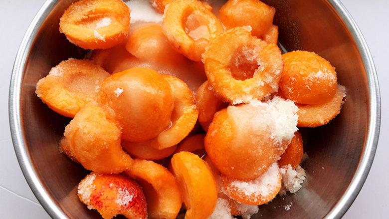 杏酱,加入细砂糖和水拌匀。