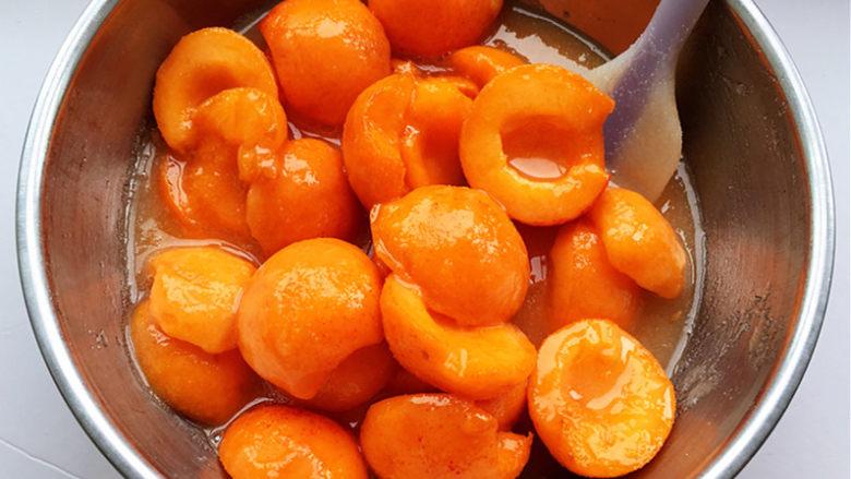 杏酱,使糖全部湿润。