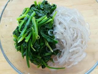 凉拌菠菜粉条,把控掉水的粉条和菠菜放到碗里