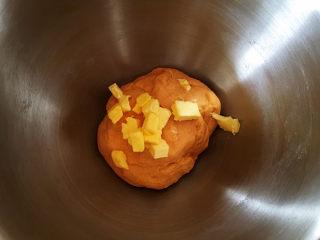 全麦南瓜面包,用2档搅拌10分钟,揉成光滑的面团,加入室温软化的黄油。