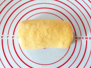 全麦南瓜面包,从下往上卷起,捏紧接口处。