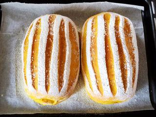 全麦南瓜面包,放入预热好的烤箱,上下火170度烤20分钟。注意观察着色的情况,颜色太深的话要加盖锡纸。