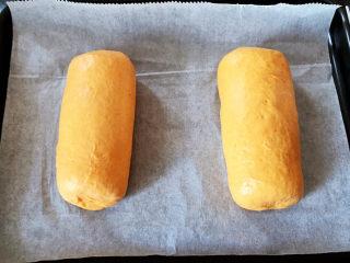 全麦南瓜面包,放到铺有油纸的烤盘中,中间留出空隙。