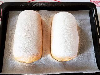 全麦南瓜面包,进行第二次发酵,建议32度,30分钟。然后筛上<a style='color:red;display:inline-block;' href='/shicai/ 550/'>高筋面粉</a>。
