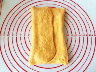 全麦南瓜面包,将左右两边分别向中间折叠,两边重叠到一起之后,捏紧所有的缝隙。