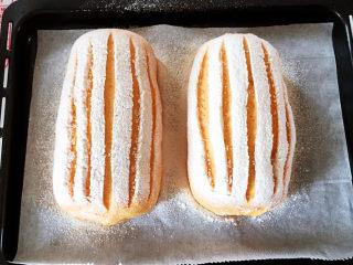 全麦南瓜面包,有锋利的刀在表面划出5道深浅适中的直线。