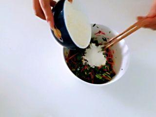红薯叶胡萝卜块,加入面粉。