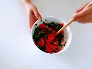 红薯叶胡萝卜块,加入,拌匀。
