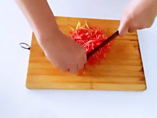 红薯叶胡萝卜块,.利用这个时间处理胡萝卜,切小。