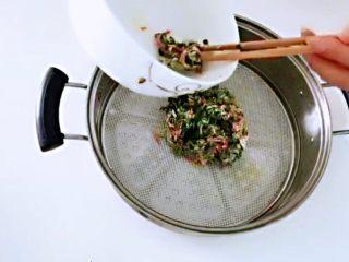 红薯叶胡萝卜块,倒入蒸板。