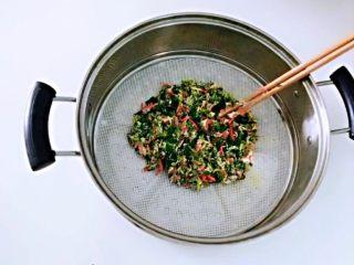 红薯叶胡萝卜块,铺成1到2厘米的厚度。