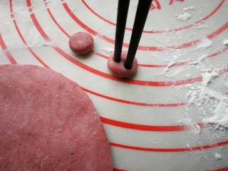 萌萌豬流沙湯圓,紅色面團搟成片,用小的裱花嘴或小蓋子、大吸管壓出若干小圓形,用筷子扎2個洞,做豬鼻子。