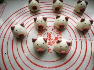 萌萌豬流沙湯圓,蘸水把豬嘴巴和耳朵粘到相應的位置。再摁上黑芝麻做眼睛,用牙簽往里壓一下,防止煮的時候跑掉