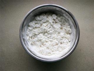 萌萌豬流沙湯圓,糯米粉緩緩倒入開水,一邊倒一邊用筷子攪動,攪拌成絮狀。