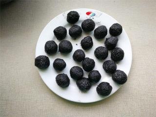 萌萌豬流沙湯圓,冰箱冷凍的芝麻餡揉成每10g的小球,夏天冷凍硬一點容易包。