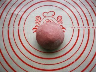 萌萌豬流沙湯圓,80g左右的面團加入紅曲米粉揉勻成紅色面團。
