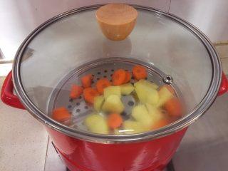 宝宝辅食10M➕:胡萝卜土豆浓汤,烧水,将土豆和胡萝卜蒸熟