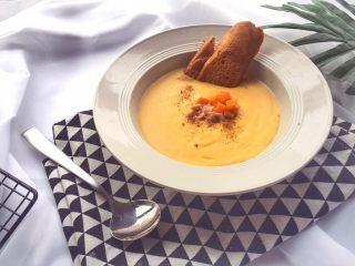 宝宝辅食10M➕:胡萝卜土豆浓汤,根据宝宝情况,一岁以上可适当加入少许盐,撒上火腿碎即可