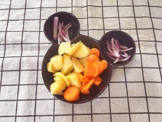 宝宝辅食10M➕:胡萝卜土豆浓汤,土豆、胡萝卜切块,洋葱和火腿切丝