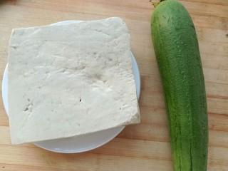 丝瓜豆腐瘦肉汤,准备好食材