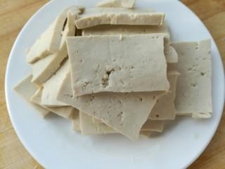丝瓜豆腐瘦肉汤,豆腐切块