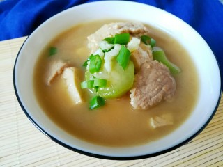 丝瓜豆腐瘦肉汤,撒点蒜末葱末即可