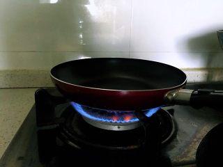 香蕉松饼的健康做法,将不粘锅加热。
