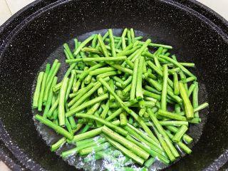 夏日清爽小凉菜——凉拌豆角,倒入豆角焯熟